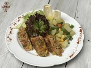 Tortilla de atun con ensalada de papas y lechuga