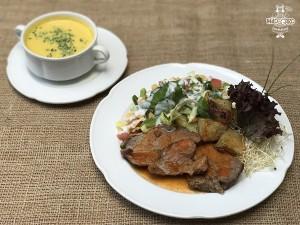Carne al jugo, papas al romero y ensalada de garbanzos