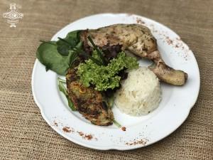 Pollo a las finas hierbas con tortilla de verduras y arroz