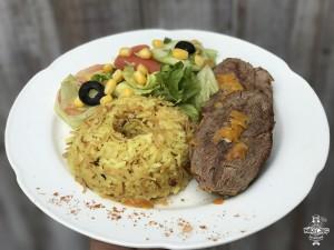 Carne al jugo con arroz árabe y ensalada surtida