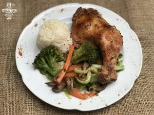 Pollo asado con verduras salteadas y arroz